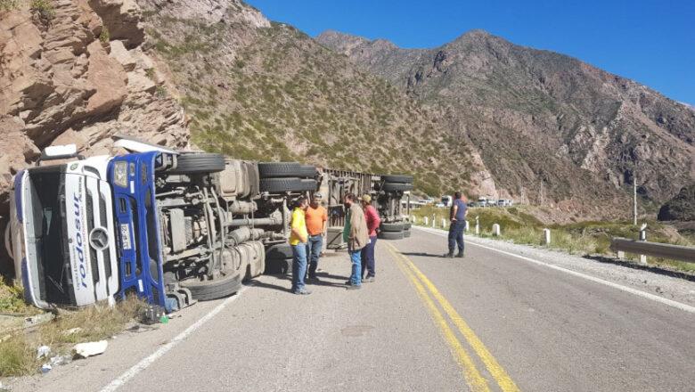 Cayó un camión con pollos en la Ruta 7 y lo vaciaron